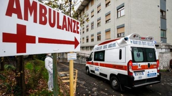 Dirigente del Miur si getta dalla finestra dello studio del suo avvocato: è gravissima