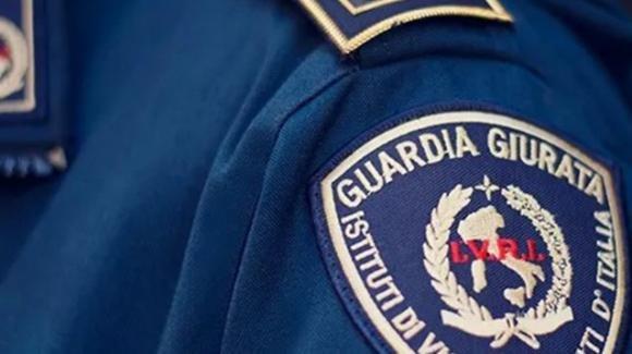 Guardia giurata pulisce la pistola e parte accidentalmente un colpo: uccisa la cognata