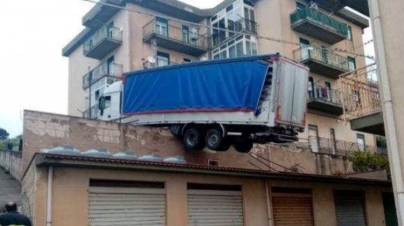 Tir rimane in bilico sui tetti di alcuni magazzini vicino ad una palazzina