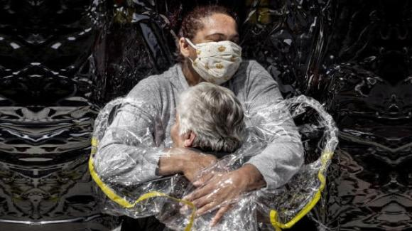 """""""Il primo abbraccio"""" al tempo del Covid: lo scatto dell'anno del World Press Photo"""