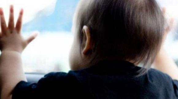 Bologna, lasciano la figlia di 5 mesi in auto e vanno a fare la spesa: denunciati per abbandono di minori