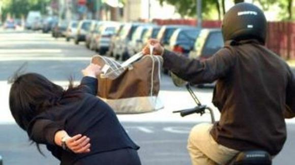 Minore scippa un'anziana che cade a terra e sbatte la testa: arrestato