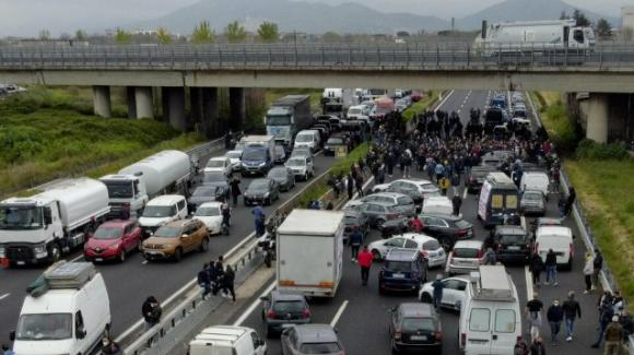 Firenze: ristoratori bloccano l'A1, traffico in tilt
