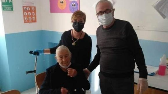 Calabria, a 100 anni non viene chiamata per il vaccino: nonna Vittorina si presenta da sola all'hub