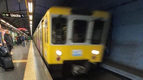 Aggredisce a martellate un operatore della metropolitana e fugge: shock a Napoli