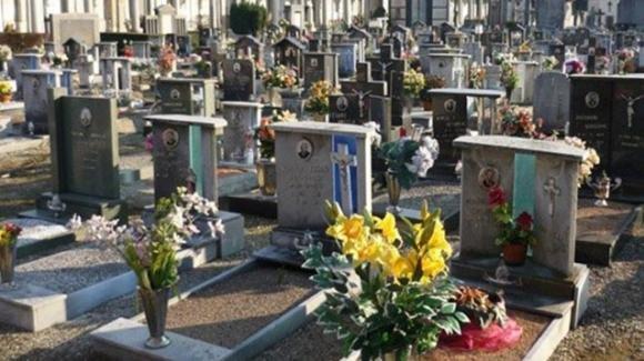 Sacchi neri forse con resti umani accatastati al cimitero: la denuncia di una coppia