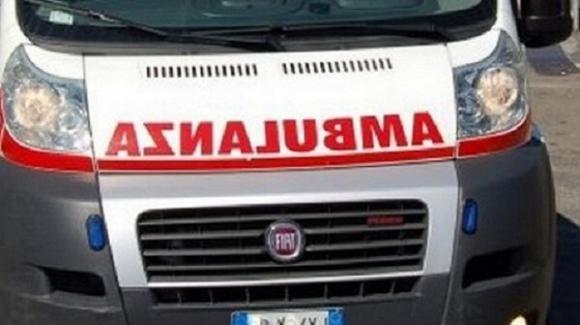 Il bus si muove da solo: autista muore schiacciato tra il pullman e un albero