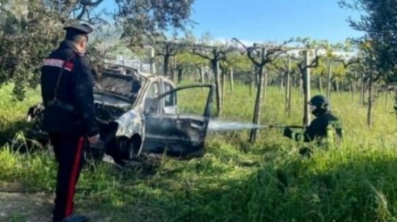 Tenta di suicidarsi dandosi fuoco in auto: salvato dai carabinieri