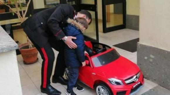 Ruba l'auto elettrica ad un bambino: ladro denunciato e giocattolo restituito