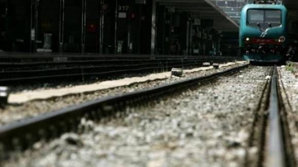 Si lancia sotto un treno in corsa e muore: era scomparso da tre giorni