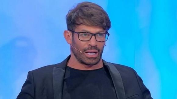 """""""Le Iene"""", Gianni Sperti vittima di uno scherzo: manda la De Filippi a quel paese"""