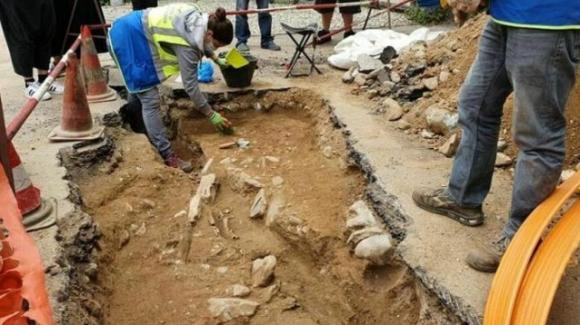 Lecco: scavano per la fibra Internet, ma trovano il corpo di una donna sepolta con il bambino