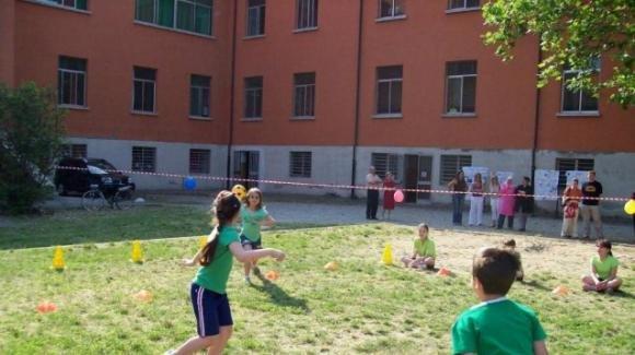 Bambino disabile festeggia compleanno in cortile: arrivano i vigili, multe per tutti
