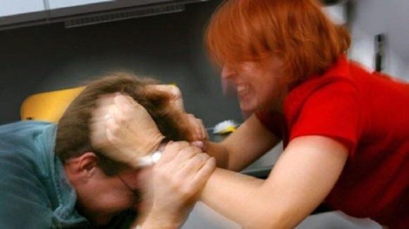 Catania, moglie violenta picchia il marito davanti al figlio: denunciata