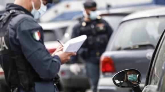 Tre ragazzi insultano i poliziotti durante un controllo anti Covid: inseguiti e denunciati
