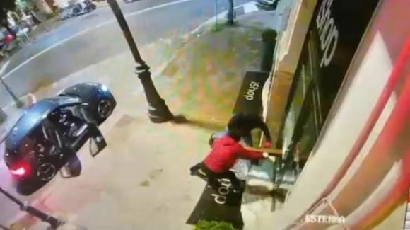 Roma, ennesimo furto al negozio di elettronica: la banda del coprifuoco colpisce ancora