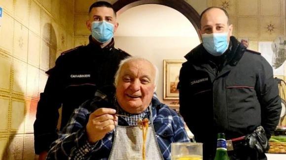 """Anziano chiama i carabinieri: """"Non ho nulla da mangiare, sono vedovo e invalido"""""""