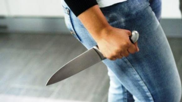 Giovane escort abusata da un uomo: segregata e minacciata con un coltello