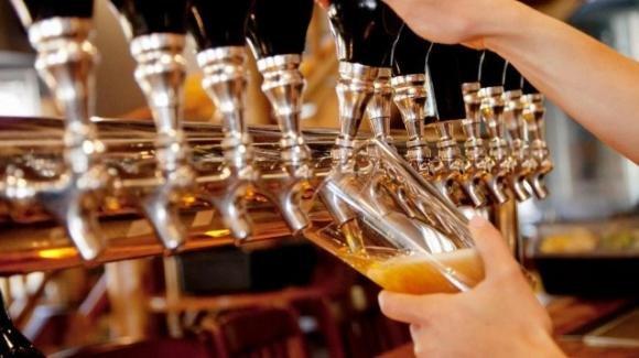 """Manca la birra nei pub del Regno Unito, i produttori: """"Non ce n'è abbastanza"""""""