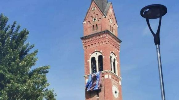 Inter campione d'Italia: la bandiera nerazzurra sventola dal campanile