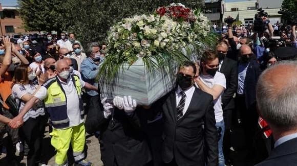 I funerali di Luana D'Orazio, presente anche la titolare. Un lungo applauso all'arrivo della bara