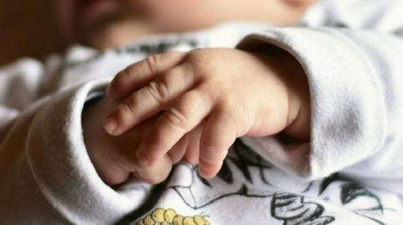 Bolzano, bimba di 8 mesi diventa strabica: ridotta così dalle percosse dei genitori