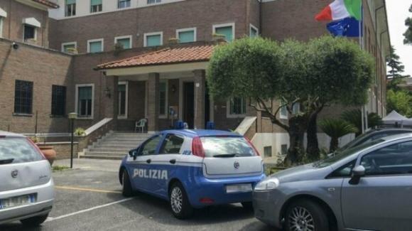 Roma, cuoca abusata a scuola e poi rinchiusa in uno sgabuzzino: è caccia all'uomo