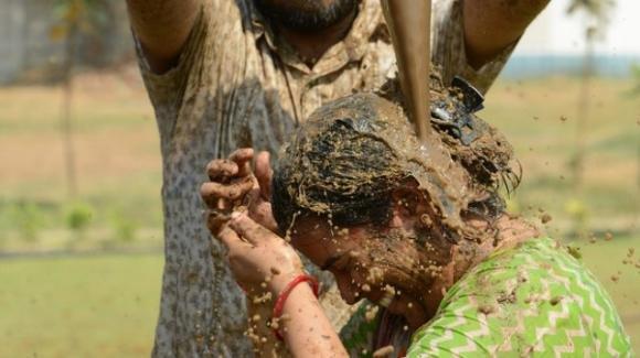 Fanno il bagno negli escrementi di mucca per proteggersi dal Covid: shock in India