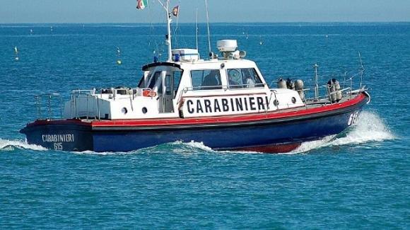 Cadavere in decomposizione da sei mesi trovato in spiaggia all'isola d'Elba: mancava una gamba