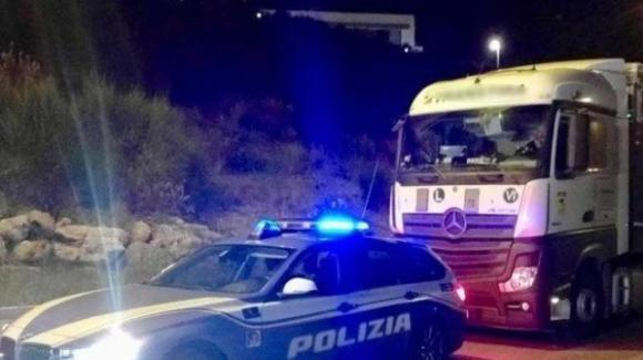 Ubriaco si ferma con il tir a riposare sulla corsia di sorpasso: fermato dalla Polizia