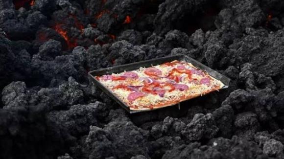 Guatemala: uomo vende pizza cucinata sulla lava di un vulcano attivo