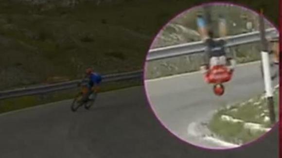 Giro D'Italia 2021: Matej Mohoric cade in discesa e batte la testa, la bici si spezza in due