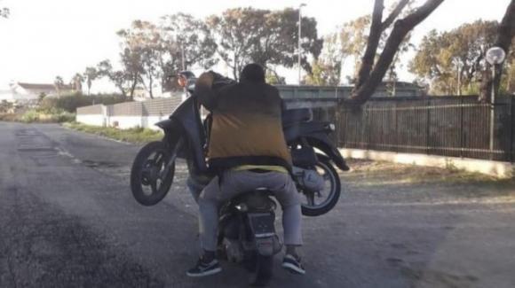 Napoli, caricano uno scooter su un altro scooter: l'immagine diventa virale