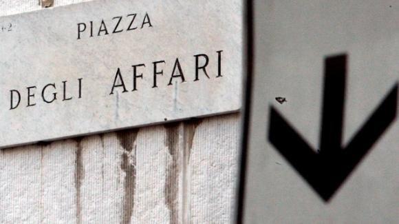 Milano, cade da un palazzo in Piazza Affari morendo sul colpo: si pensa al suicidio