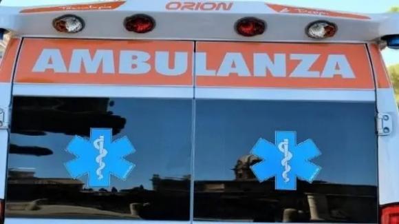 Napoli, ambulanza investe agente della Polizia e scappa: era senza assicurazione