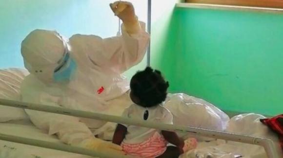 Lecce, infermiera accudisce con amore una bimba contagiata dal Covid