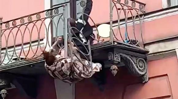 Russia, litigano sul balcone e la ringhiera si sfonda: fidanzati gravissimi
