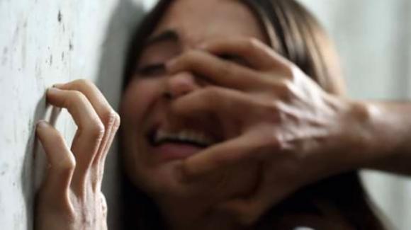 Palermo, violenta la figlia perchè gay: a processo due genitori