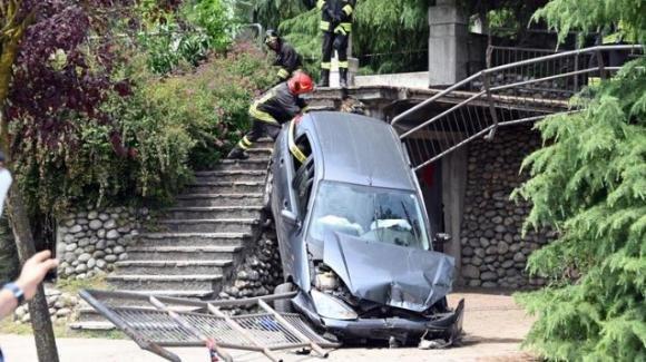 Milano, con l'auto in parco: cade da un sentiero con il mezzo e colpisce un bimbo