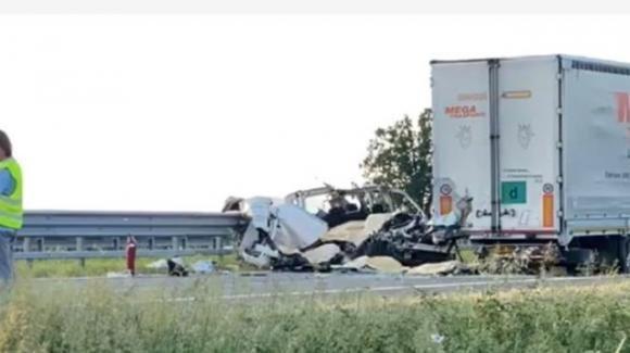 Piacenza, furgone tampona tir: 5 morti