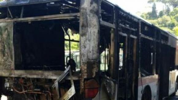 Roma, autobus di linea prende fuoco in via Azuni