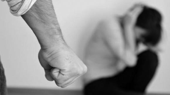 Brescia, sequestrata in casa per 3 anni e picchiata dal marito: 23enne salvata dai suoceri