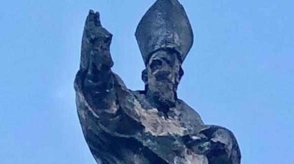 Lecce, violento temporale in città: distrutta parte di una statua e danni alla cattedrale