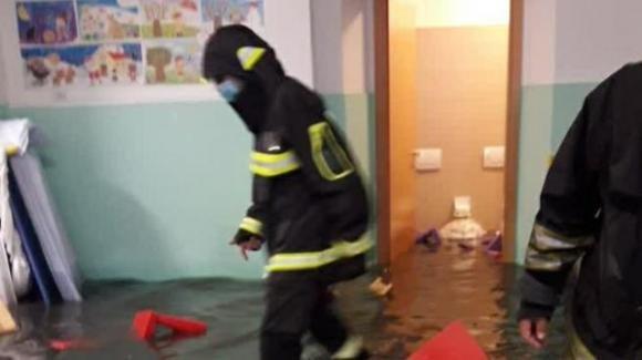 Roma, maltempo provoca allagamento in un asilo: salvati 40 bambini