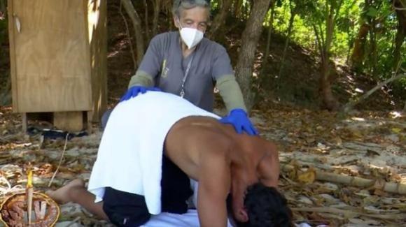 """""""Supervivientes"""", Gianmarco Onestini ripreso durante un clistere e il web reagisce"""