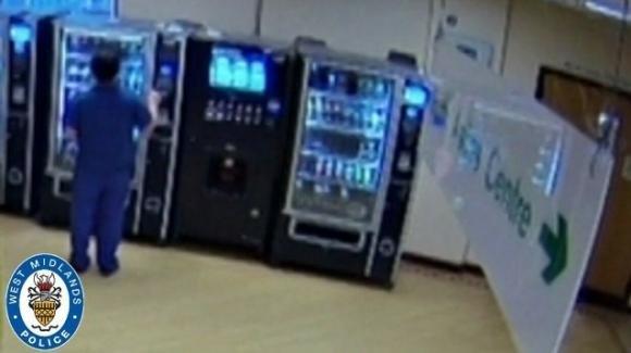 UK, ruba la carta di credito a un paziente morto per Covid e la usa al distributore automatico