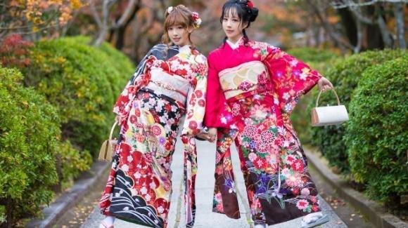 """Il kimono diventa un capo """"must"""": in spiaggia e nelle occasioni eleganti"""