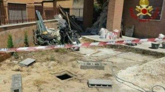 Roma, bimbo cade in un pozzo profondo 3 metri: salvato dai Vigili del Fuoco