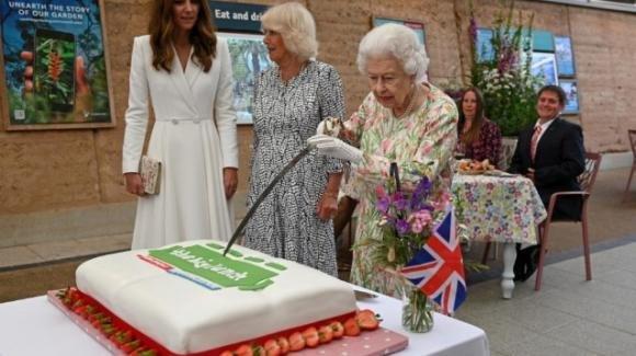 "La Regina Elisabetta taglia la torta con una spada cerimoniale: ""È più inusuale"""