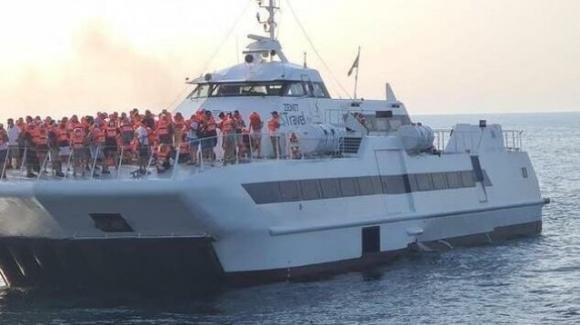 Il catamarano per le Isole Tremiti prende fuoco: 64 passeggeri salvi